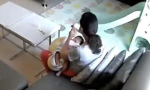 Bảo mẫu lén lút uống trộm sữa mẹ của trẻ sơ sinh
