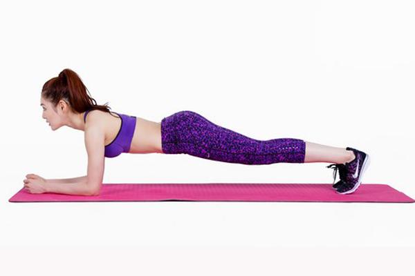 Động tác plank giúp thắt chặt cơ bụng, giảm đau lưng. Nằm sắp, chống hai khuỷu tay vuông góc ngay dưới vai. Nhón hai mũi chân lên, nâng thân người lên và giữ  lưng, hông, cổ thành một đường thẳng. Không đặt hai tay quá gần nhau.