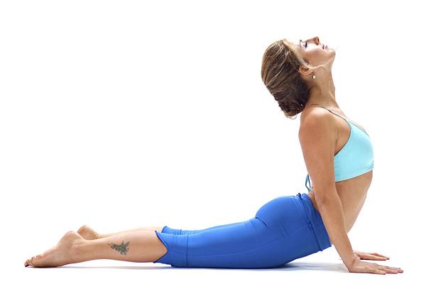 Tư thế rắn hổ mang làm săn chắc mông, hông, bụng, cánh tay và vai, giảm đau lưng hữu hiệu. Nằm sấp trên thảm, đặt hai tay song song vai,