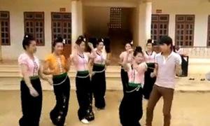 Màn nhảy sôi động của các cô gái dân tộc