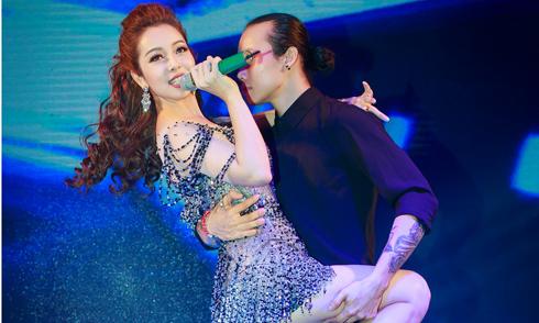 Jennifer Phạm mặc trang phục ngắn cũn, tình tứ nam vũ công