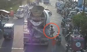 Bé 3 tuổi thoát chết thần kỳ khi bị xe trộn bê tông kéo đi 30 m