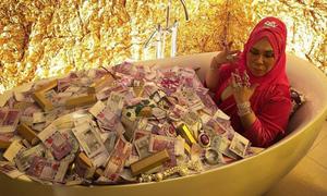 Nữ đại gia Malaysia khoe ảnh nằm trong bồn tắm đầy tiền và trang sức