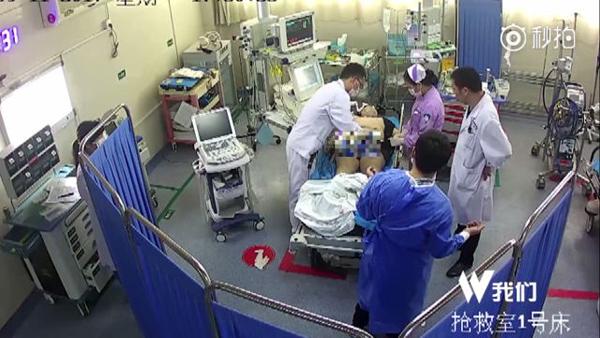 Các bác sĩ đã phải nhanh chóng cắt bỏ quần áo của Li để cứu cậu nhưng lại bị người cha đổ lỗi và đòi bồi thường.