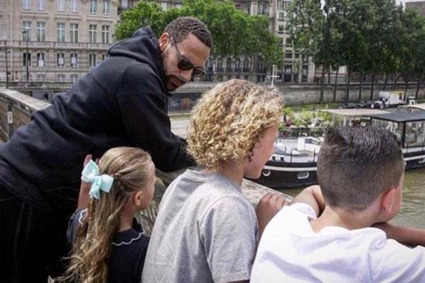 Ferdinand một mình nuôi ba đứa con