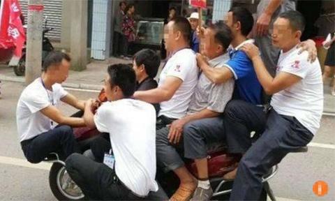 Chủ cửa hàng chở cùng lúc 9 người trên xe máy để quảng cáo