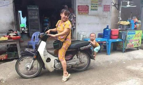 Bé trai bám đuôi xe máy, đòi theo mẹ đi chợ