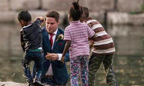 Chú rể nhảy xuống sông để cứu người khi đang chụp ảnh cưới