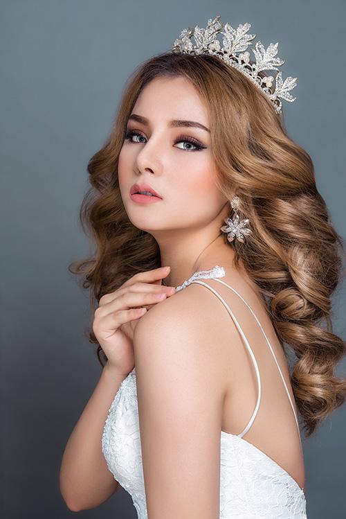 Trong mọi phong cách trang điểm, bước nền luôn là quan trọng nhất. Riêng với make up kiểu Thái Lan, bước nền được thực hiện kỹ, làm làn da cô dâu mịn màng để chuẩn bị cho những bước làm đẹp sau đó.