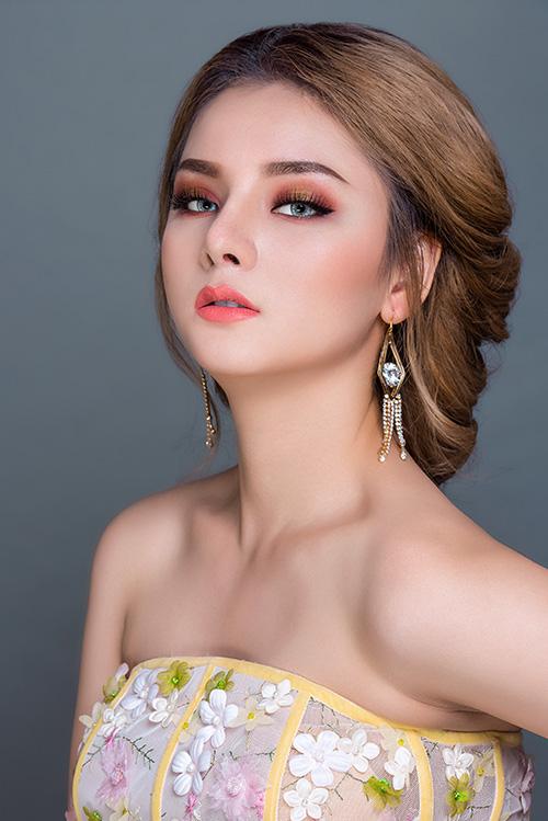 Vẫn với lớp nền mỏng nhẹ, ở style make up này, chuyên gia trang điểm áp dụng kiểu vẽ má hồng hình chữ L, mang lại hiệu ứng tạo khối rõ nét. Đôi môi màu cam rực tạo điểm nhấn cho gương mặt.