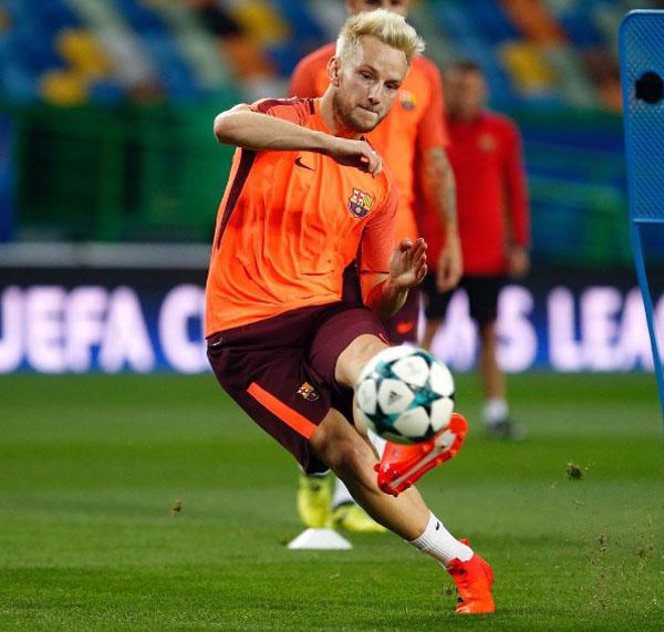 Tiền vệ Barca nhuộm tóc bạch kim