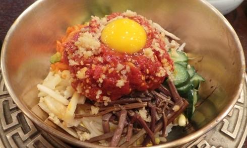 Thử thách với món cơm trộn thịt bò sống của Hàn Quốc