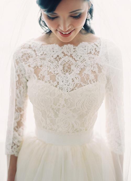 Váy cưới mùa đông thường được may kiểu layers (nhiều lớp). Lớp vải phía trong có độ dày hơn để vừa giúp váy đứng dáng, toạ hoa văn 3D độc đáo vừa giữ ấm cho cô dâu.