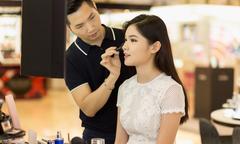Á hậu Thùy Dung học trang điểm trước khi tham dự Hoa hậu Quốc tế