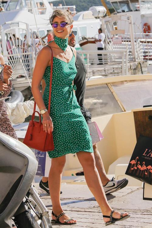 Thiên thần nội y Taylor Hill ghi điểm khi cô diện dây đầm xanh và mang đôi ASH Peace sandal du lịch tại Pháp