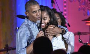 Cựu tổng thống Obama khóc sụt sịt khi tiễn con gái vào đại học