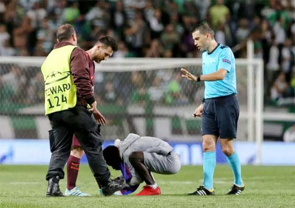 Fan cuồng bất ngờ cúi xuống hôn chân Messi khi thấy các nhân viên an ninh đến gần.