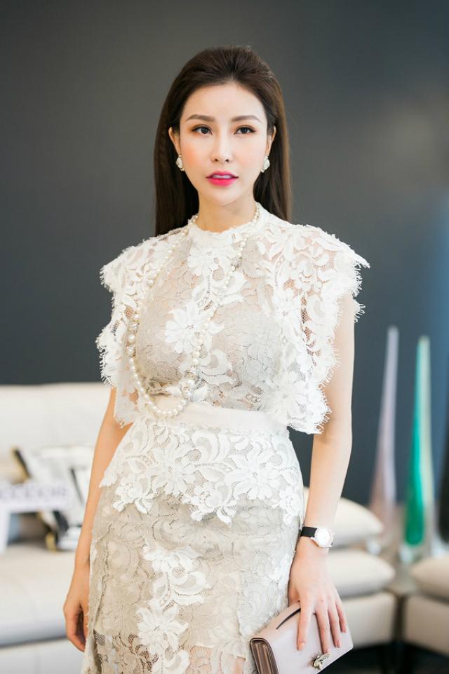 Không chỉ xinh đẹp và luôn rạng rỡ mỗi lần xuất hiện, Hoa hậu Lam Cúc còn sở hữu gu thời trang tinh tế và sang trọng.