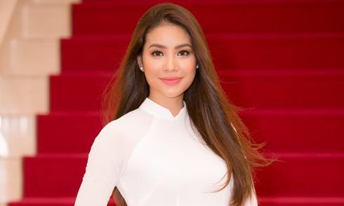 Phạm Hương diện áo dài trắng như nữ sinh dự sự kiện