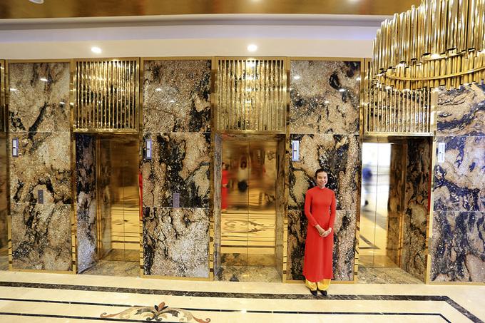 Bên trong khách sạn có bể bơi dát vàng đầu tiên ở Việt Nam