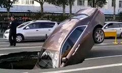 Siêu xe Rolls Royce bị hố tử thần trên phố Trung Quốc nuốt chửng