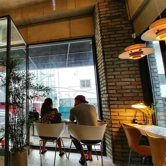 rain-va-kim-tae-hee-tan-huong-khoanh-khac-binh-yen-o-quan-cafe