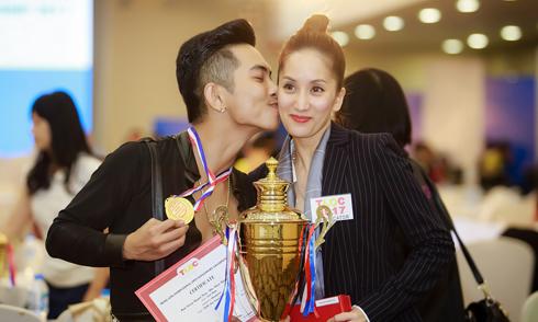 Phan Hiển hôn má Khánh Thi sau khi đoạt huy chương vàng