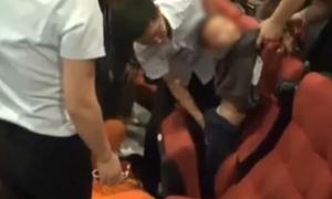 Đùa nghịch trong rạp phim, bé trai 7 tuổi bị mắc kẹt vào ghế