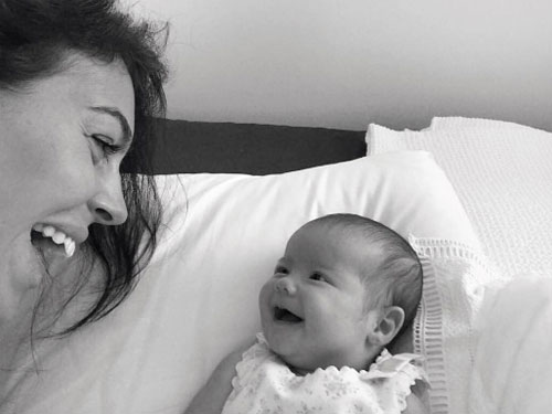 Bà bầu Georgina Rodriguez thân thiết với bé Eva, con gái riêng của bạn trai.