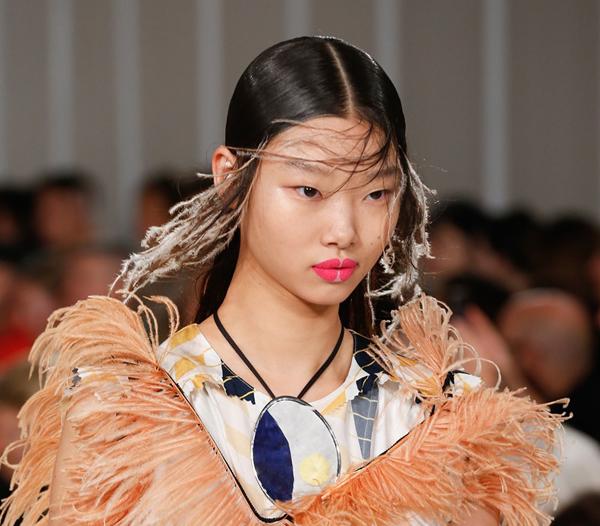 Trên sàn diễn Xuân Hè 2018, dàn người mẫu của nhà mốt Maison Margiela khiến toàn khán phòng sửng sốt với lối trang điểm lạ mắt.
