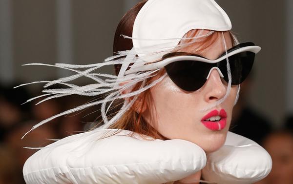 Làn môi của dàn người mẫu được để trống khoảng chính giữa, tạo thành hiệu ứng môi xẻ đôi rất ấn tượng.