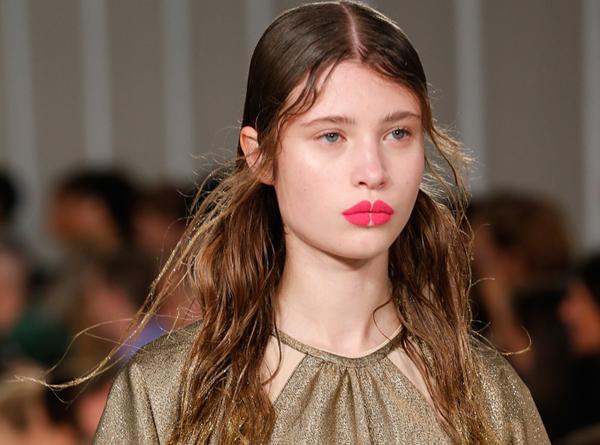 Chuyên gia trang điểm lừng danh Pat McGrath, người đồng sở hữu một nhãn hiệu đồ make up mang tên mình, chính là tác giả của style trang điểm độc đáo này.