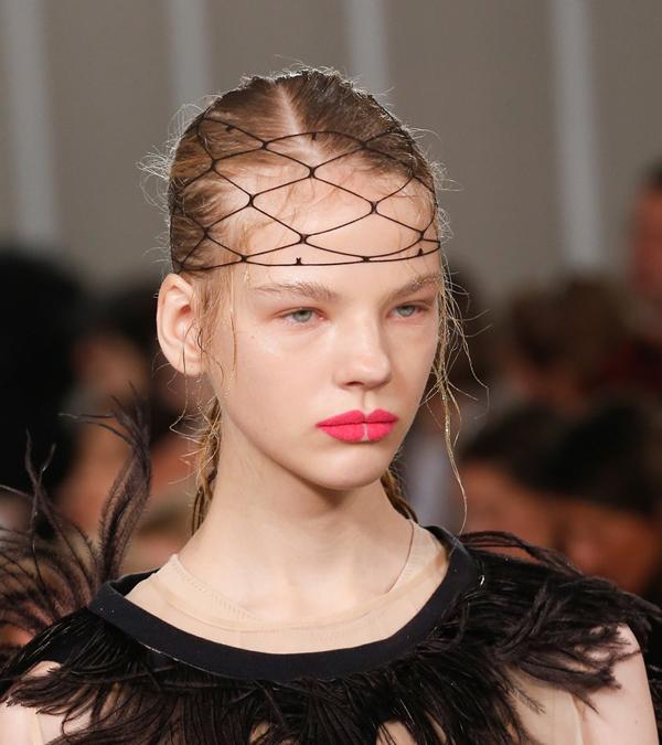 Cô chia sẻ, kiểu vẽ môi này giúp tạo cảm giác làn môi của mỗi người mẫu như một bông hoa nở rộ.