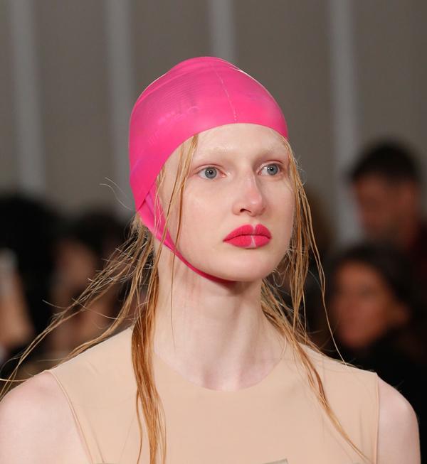 Cô sử dụng những màu son sáng và đậm như hồng fuschia hay hồng tím đậm để tạo hiệu ứng