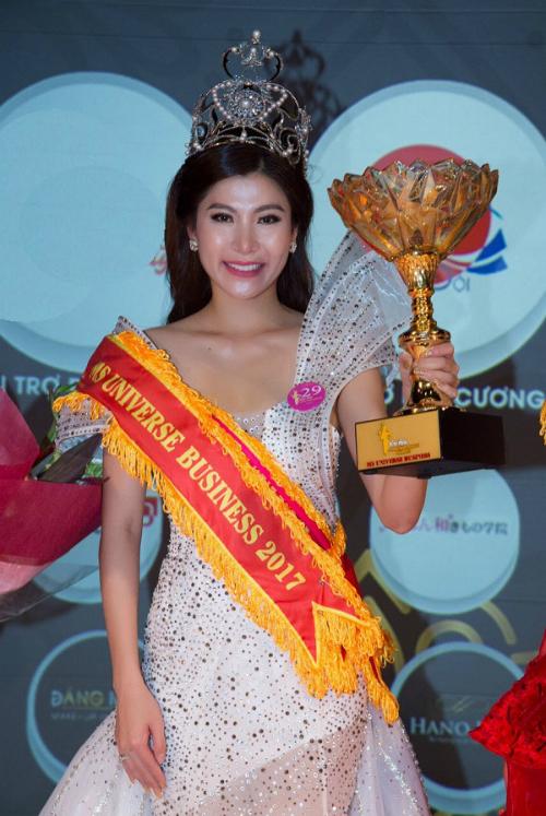 nguoi-dep-lam-hai-vi-dang-quang-miss-universe-business-2017-tai-nhat-ban