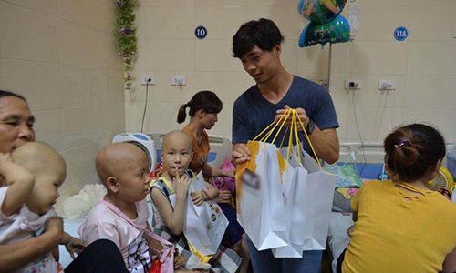 Công Phượng và đồng đội tặng quà Trung thu cho các em nhỏ bị ung thư