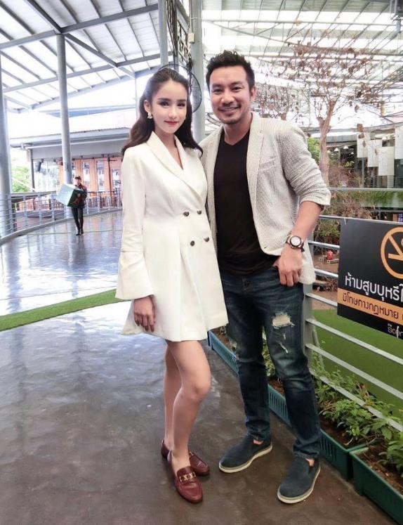 Nam diễn viên Bá Cường chụp ảnh cùng Tân Hoa hậu chuyển giới Thái Lan - Yoshi Rinrada.