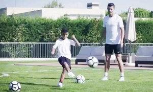 C. Ronaldo truyền bí kíp sút phạt cho con trai