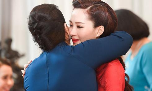 Hoa hậu Thu Thảo khóc ôm mẹ trước khi theo chồng đại gia về dinh