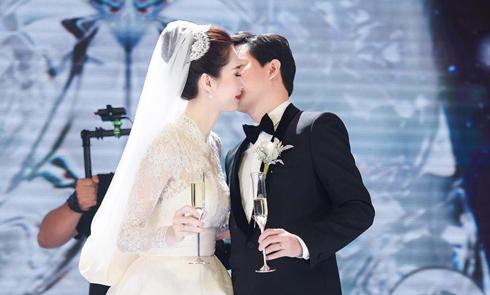 Khoảnh khắc ngọt ngào của Thu Thảo và chồng trong tiệc cưới
