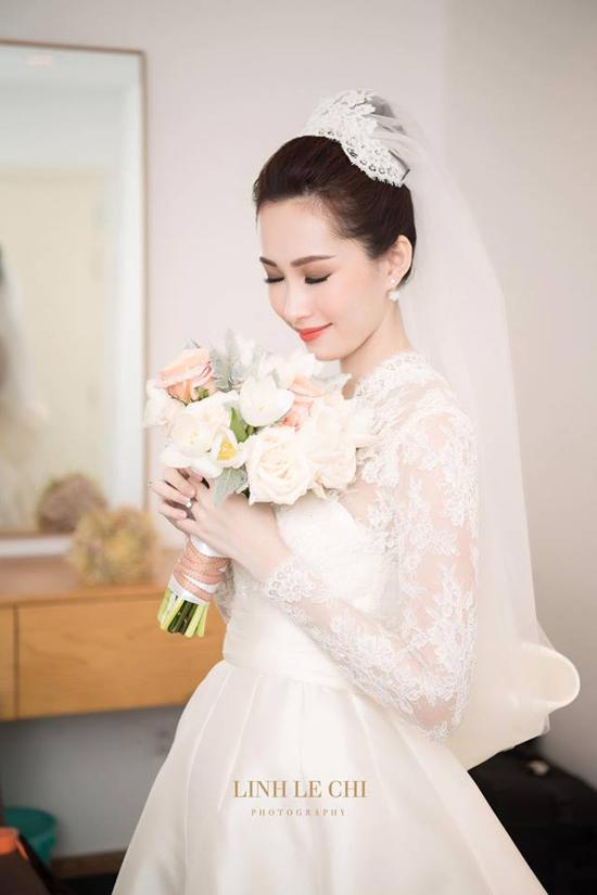 Trong ngày trọng đại diễn ra tối qua (6/10), Hoa hậu Thu Thảo xuất hiện trong bộ soiree trắng muốt, thu hút mọi ánh nhìn.