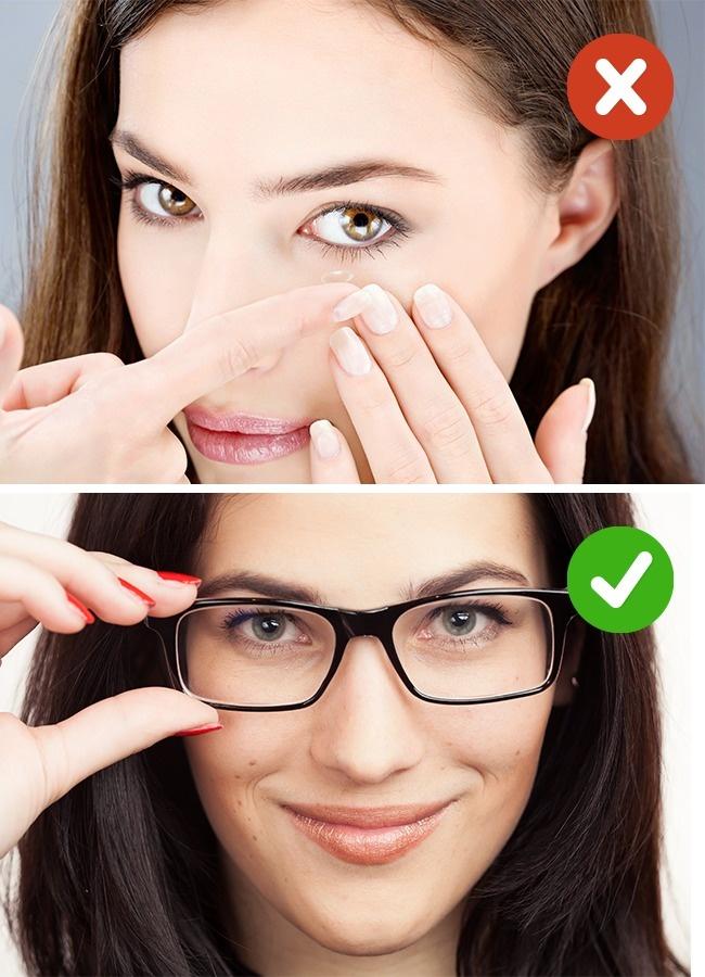 Đeo kính áp tròng Kính áp tròng sẽ làm mắt của bạn bị khô hơn. Kết hợp với không khí khô bên trong máy bay thì mắt càng thêm khó chịu. Đó là lý do bạn nên đeo kính thường khi đi những chuyến bay dài. Ngoài ra bạn cũng cần mang thêm thuốc nhỏ mắt để tra.