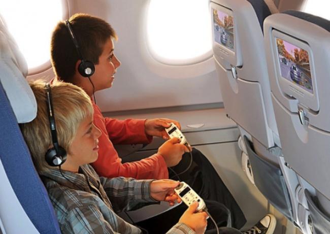 Đeo tai nghe: tai nghe trên máy bay thường đã qua tay rất nhiều người sử dụng. Về nguyên tắc, chúng sẽ được làm sạch trước khi đóng gói trước mỗi chuyến bay nhưng không ai kiểm chứng được nó có thực sự sạch vi khuẩn hay không. Bởi vậy, tốt nhất là nên tự mang theo tai nghe của mình.