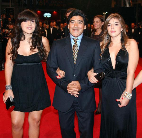 Maradona và hai con gái tại thảm đỏ LHP Cannes 2008.
