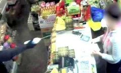 Nhân viên bán hàng người Việt ở Anh bị cướp xịt axit vào miệng