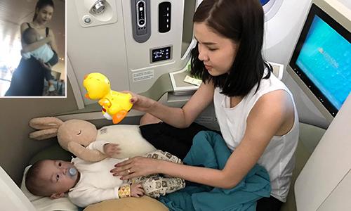 Kỳ Hân ru con trai ngủ ở sân bay