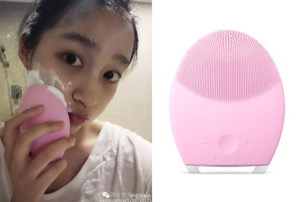 Sản phẩm làm đẹp đắt đỏ nhất của Quan Hiểu Đồng là chiếc máy rửa mặt Foreo Luna 2 có giá khoảng 4,5 triệu đồng.