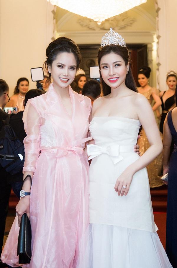 : Hoa hậu Lam Cúc chụp hình cùng Á hậu Thùy Giang. Cô và thương hiệu Viện thẩm mỹ Adora là đơn vị đã giúp Á hậu Thùy Giang sở hữu diện mạo mới xinh đẹp bất ngờ.