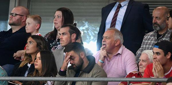 Gareth Bale bị chấn thương đúng giai đoạn nước rút của vòng loại, bất lực và ngồi bất động trên khán đài cùng vợ và người thân