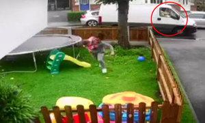 Tài xế lạ mặt dùng đồ ăn dụ dỗ 3 đứa trẻ đang chơi trong sân nhà